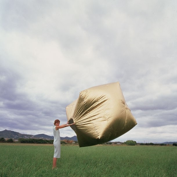 Martín Azúa Wind-Inflatable Gold Cube