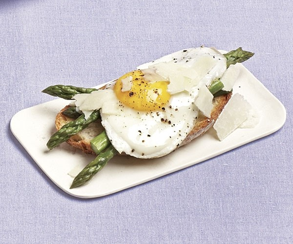 Fried egg and asparagus on toast
