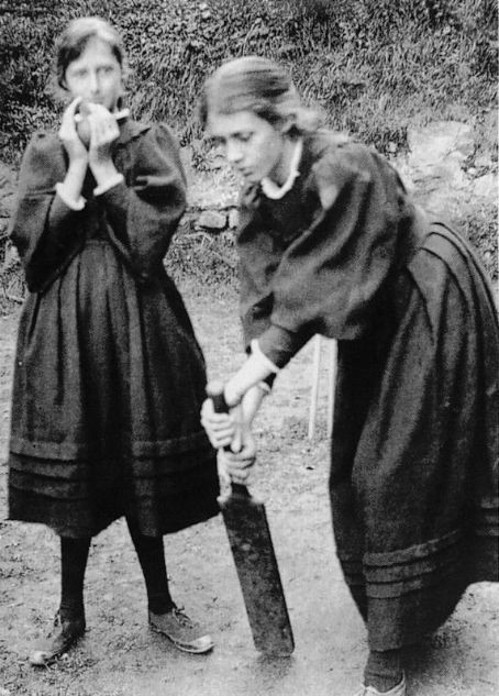 Virginia Woolf and Vanessa Bell playing cricket